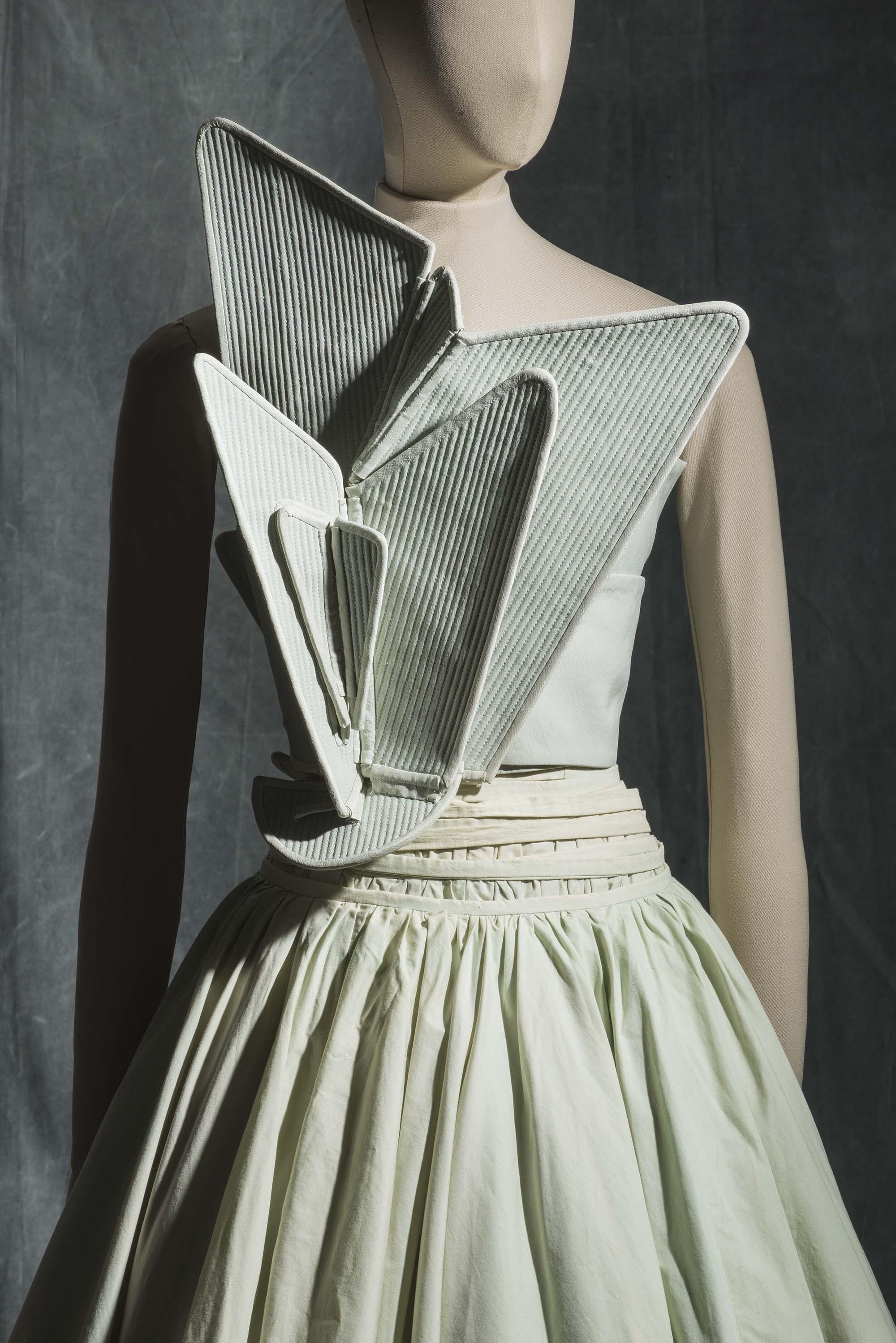 aa0cc776713f ... Robe, printemps-été 2000 Faille de soie, toile de coton et tulle  synthétique. Collection Mode et Textile © MAD, Paris   photo   Jean  Tholance ...
