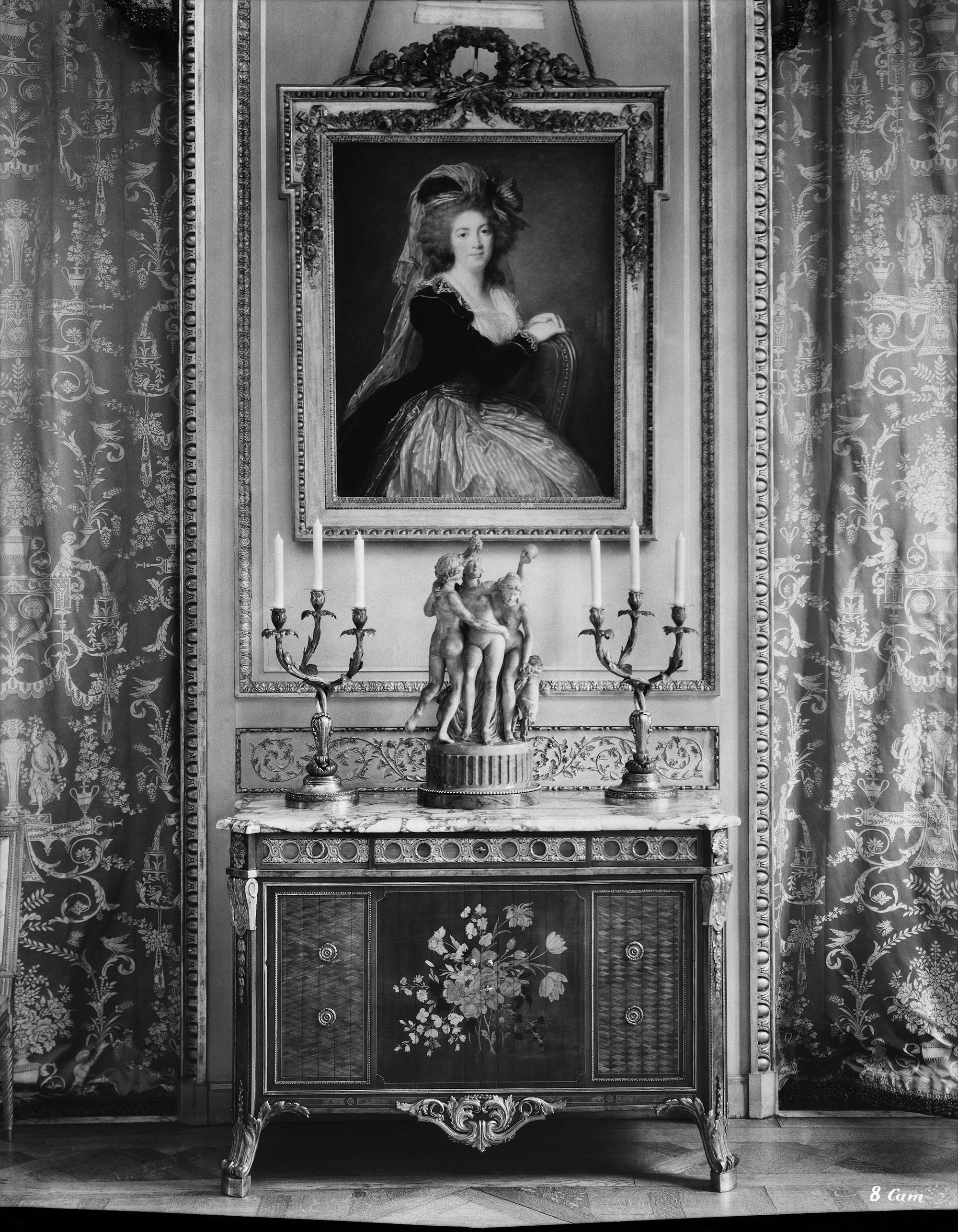 Cat 9 vue du mur ouest du grand salon en 1936 avec la commode rideaux de - Canape mise en demeure ...