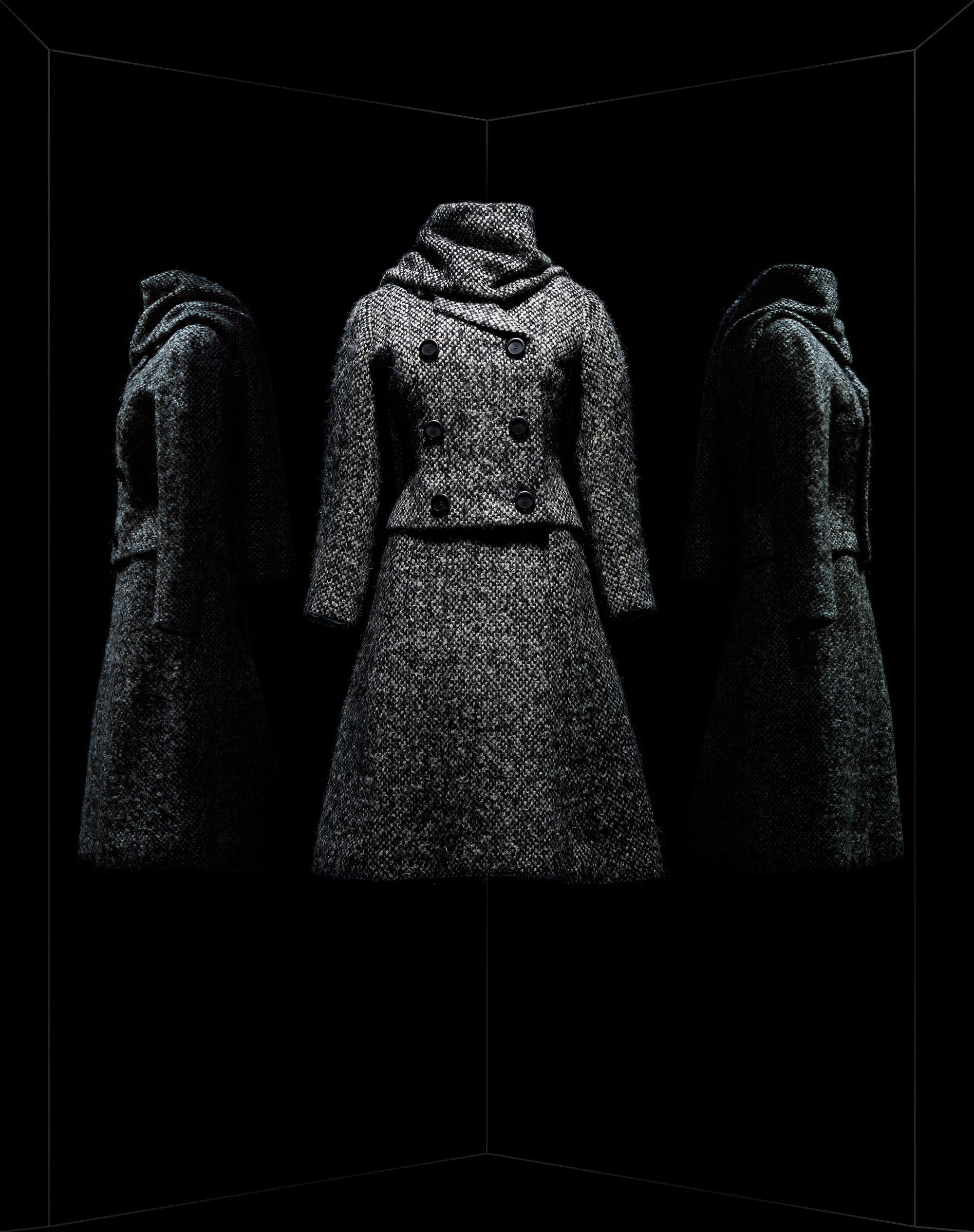 ... Bohan pour Christian Dior. Tailleur Gamin, haute couture automne-hiver  1961, collection Charme 62 Tailleur en tweed. Veste courte à double  boutonnage. 83487bcc2e7