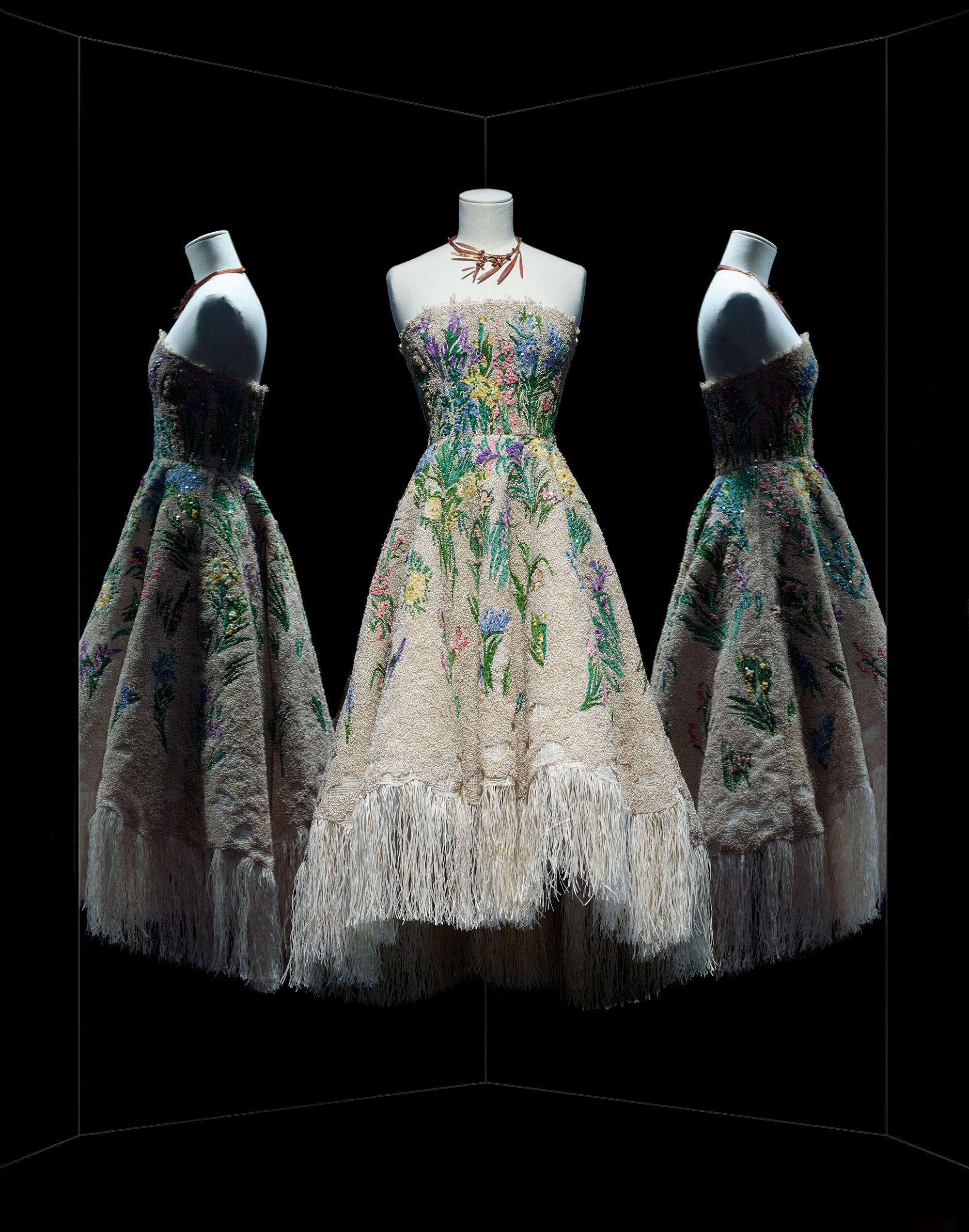 ... Maria Grazia Chiuri pour Christian Dior, robe Essence d herbier, haute  couture printemps-été 2017 Robe de cocktail frangée, broderie fleurie en  raphia ... 70dd0e957e8
